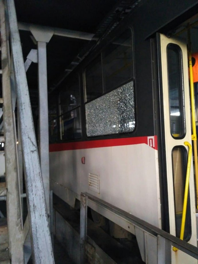 В Киеве неизвестные стреляли по окнам скоростного трамвая. ЧП произошло вечером 31 октября. Жертв нет.