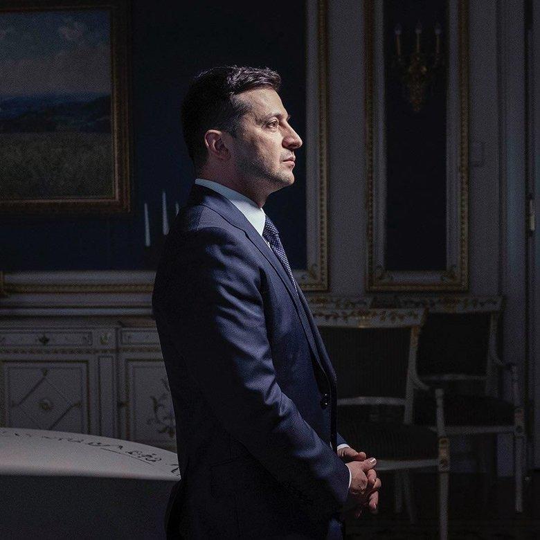 Внутри интервью можно увидеть еще два фото с Зеленским. На одном из снимков президент сидит на столе и широко улыбается, на другом – держит руку в кармане.