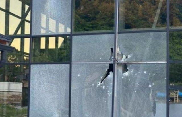 На околиці Мукачева обстріляли відпочинковий комплекс Аква сіті. У будівлю стріляли з ручної протитанкової гранати.