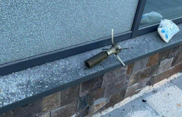 На окраине Мукачево обстреляли развлекательный комплекс Аква сити. В здание попали из ручной противотанковой гранаты.