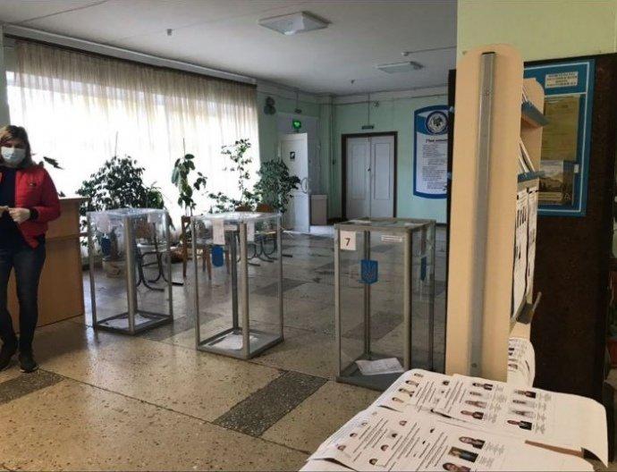 На местных выборах, которые проходят сегодня в Украине, наблюдатели фиксируют первые нарушения избирательного процесса.