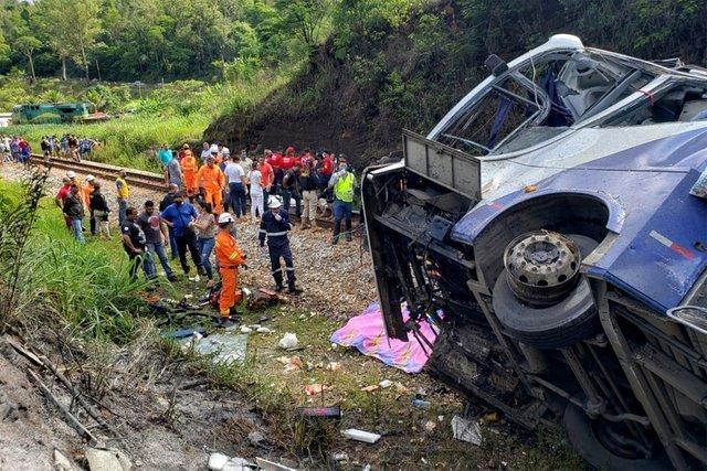 На південному сході Бразилії з мосту впав туристичний автобус. Щонайменше 17 людей загинули, ще близько 30 постраждали.