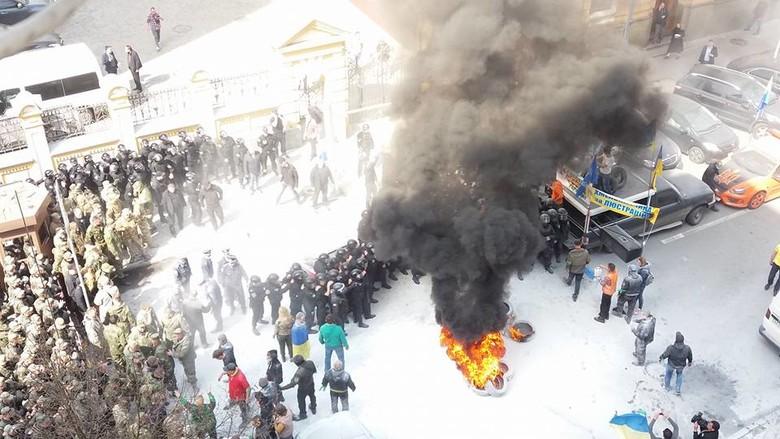 Під будівлею Адміністрації Президента відбулися невеликі сутички між правоохоронцями та активістами Автомайдану.