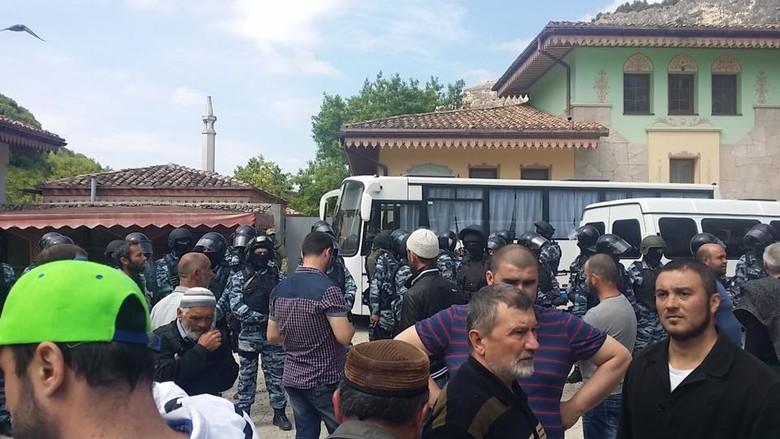 У мережі Інтернет з'явилися фотографії обшуку озброєними російськими силовиками кримських татар у Бахчисараї.