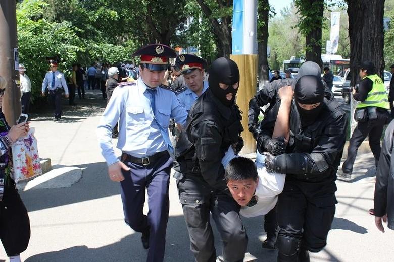 Протестувальників скручували, але були й випадки побиття активістів, застосовувалися гумові кулі.