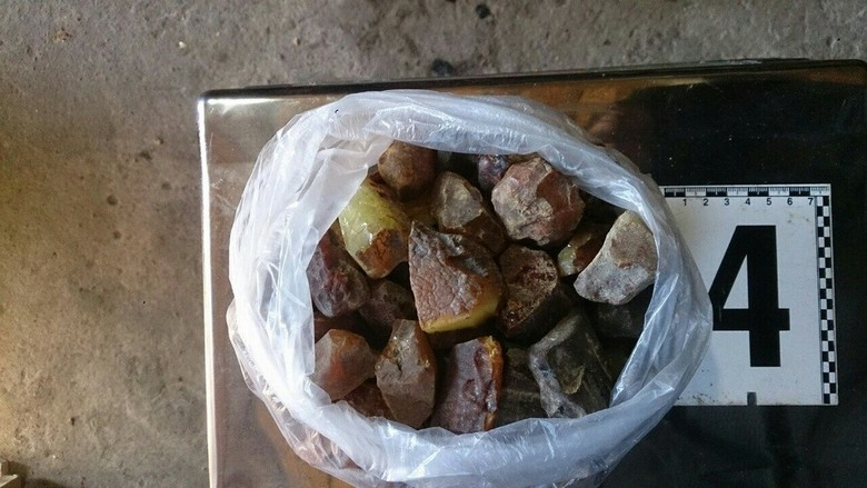 У мешканця Володимирецького району Рівненської області було вилучено майже 190 кг бурштину-сирцю, в тому числі великих фракцій.