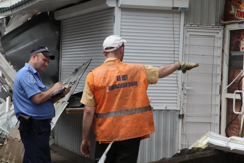 Сьогодні зранку біля станції метро Святошин почався демонтаж незаконних МАФів за допомогою спеціальної техніки.