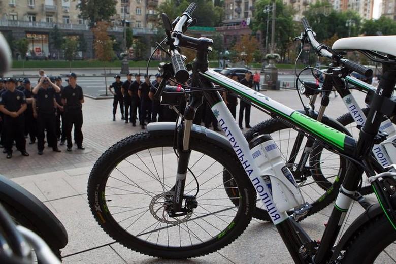 100 велосипедів зі спорядженням передав сьогодні патрульній поліції Києва міський голова столиці Віталій Кличко, тим самим виконавши свою обіцянку.