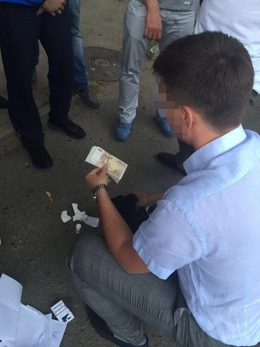 СБУ затримала слідчого Голосіївського управління київської поліції за вимагання хабара на суму 15 тисяч доларів.