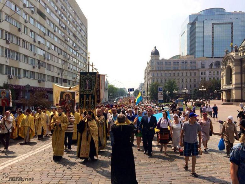Київський патріархат вирішив відповісти на хресну ходу Московського й провів свою ходу до Володимирської гірки.