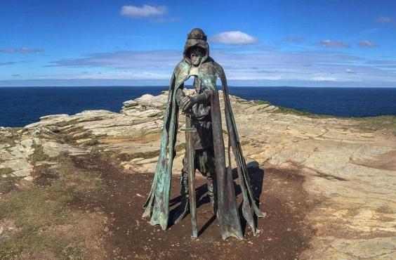 На те, що замок міг належати Артуру, вказують і датування – V-VI століття. Саме в цей час, імовірно, жив лідер племінного об'єднання бриттів.