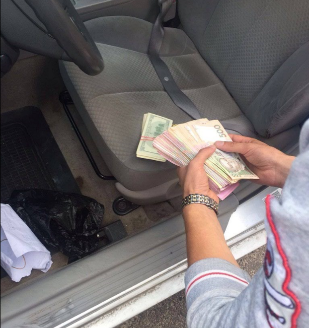 У волинських митників під час обшуку було вилучено різної валюти на загальну суму 2 мільйони гривень.