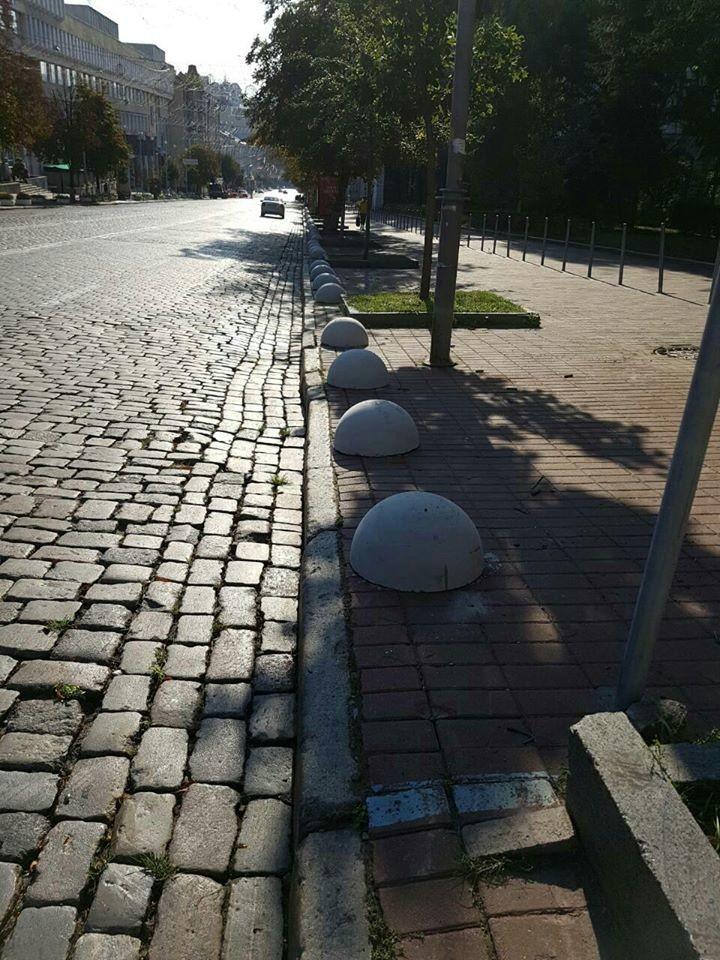 Хаотична парковка автомобілів тепер неможлива на вулицях Пушкінській, Богдана Хмельницького та поруч зі станцією метро Золоті Ворота.