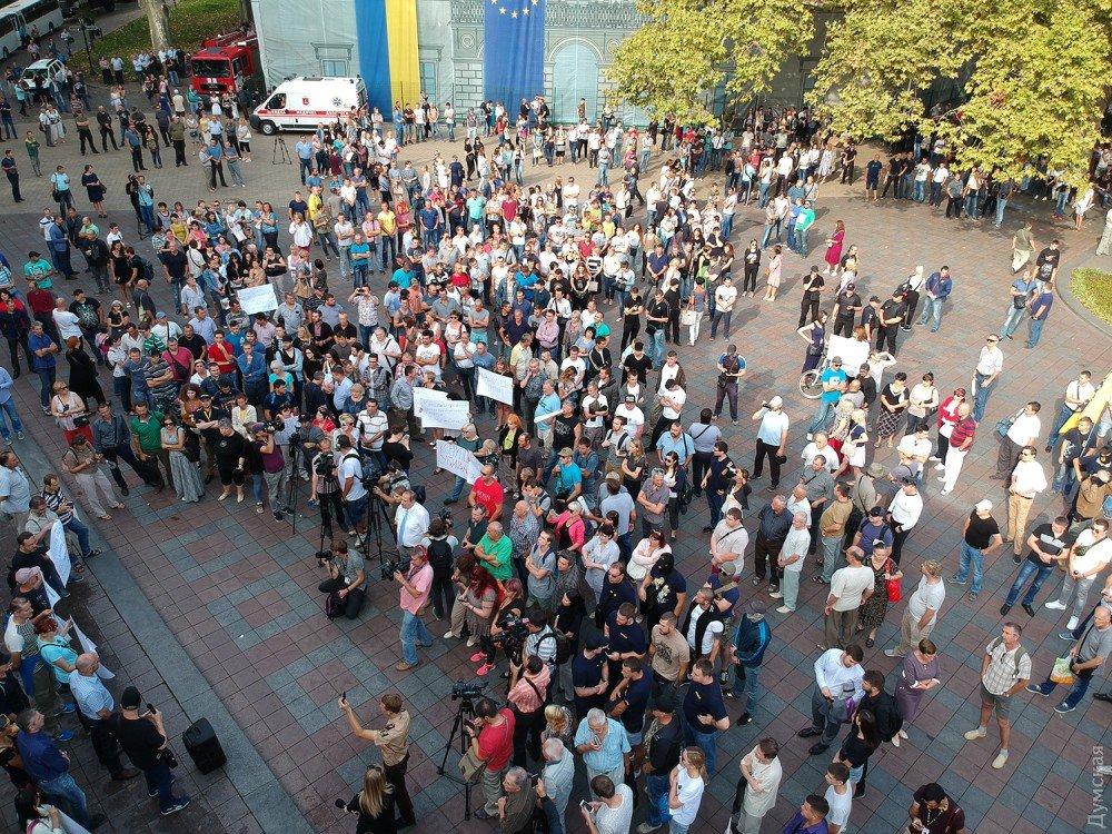 Около тысячи одесситов уздания мэрии требуют отставки Труханова