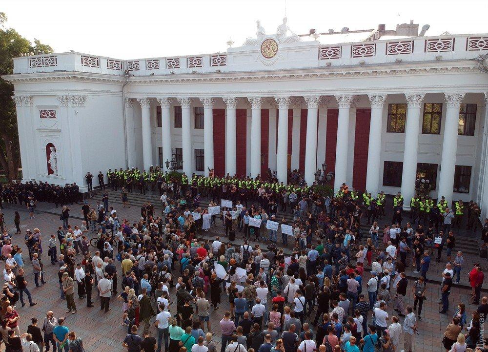 Активисты подрались сполицейскими под одесской мэрией: требуют отставки главы города