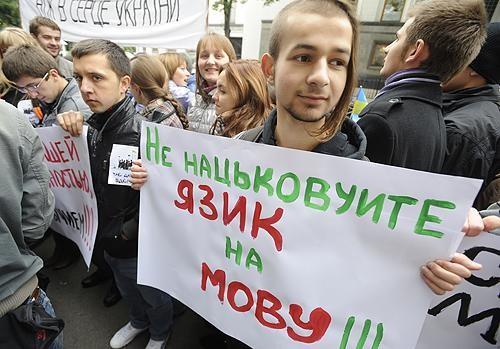 Згідно з результатами соціального опитування, проведеного Міжнародним республіканським інститутом (IRI), мовне питання не впливає на ставлення українців до вступу в ЄС чи НАТО.