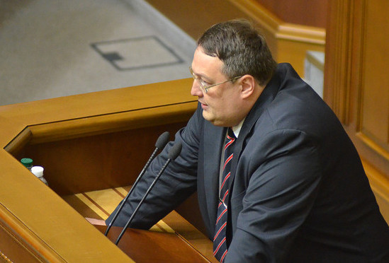 Радник голови МВС Антон Геращенко поскаржився на те, що екс-глава АП Януковича Сергій Льовочкін не приходить на допити у справі про вбивство Калашникова.