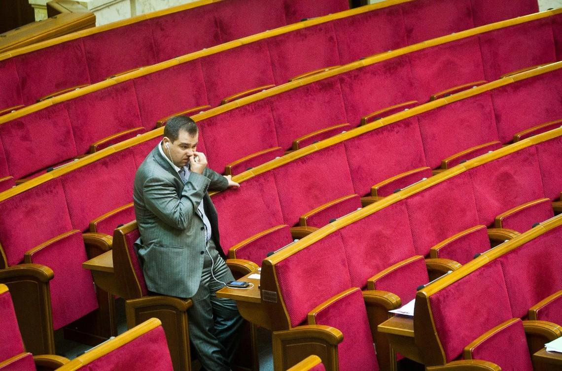 Народні депутати відверто саботують весь процес реформ в країні: сьогодні слуги народу не змогли прийняти жодного рішення.