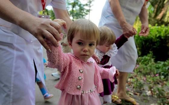 Незважаючи на незаповненість українських інтернатів, влада не поспішає перевозити вихованців дитбудинків Донбасу із зони конфлікту до безпечніших місць.