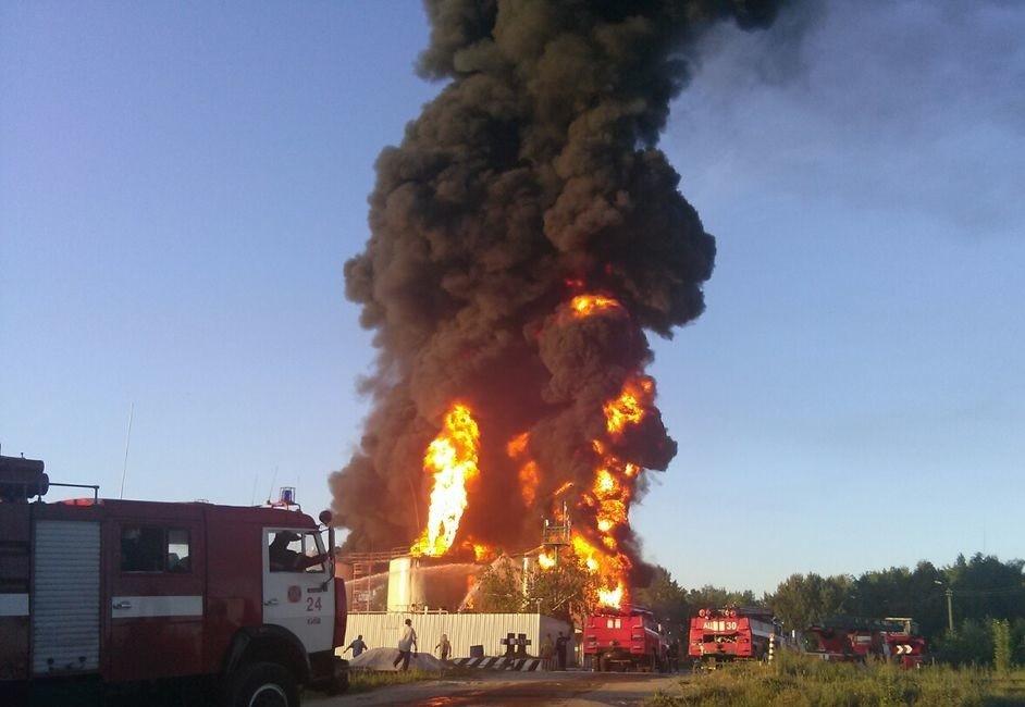 Під час пожежі на нафтобазі під Києвом сталася серія вибухів, у результаті чого загинули працівники Держслужби з надзвичайних ситуацій.