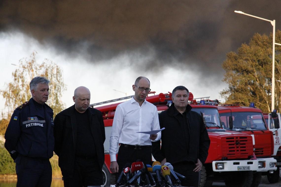 Прем'єр-міністр зізнався, що ДСНС перевіряла нафтобазу БРСМ у с. Крячки Київської області і винесла 64 приписи для виконання її керівництвом, однак ті вимоги пожежників проігнорували.