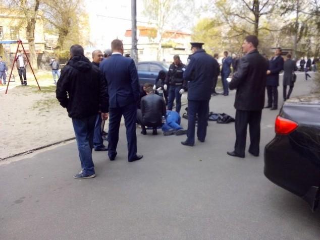 Співробітники прокуратури Києва та органів внутрішніх справ встановили і затримали двох осіб, які обґрунтовано підозрюються у вбивстві українського журналіста та публіциста Олеся Бузини.
