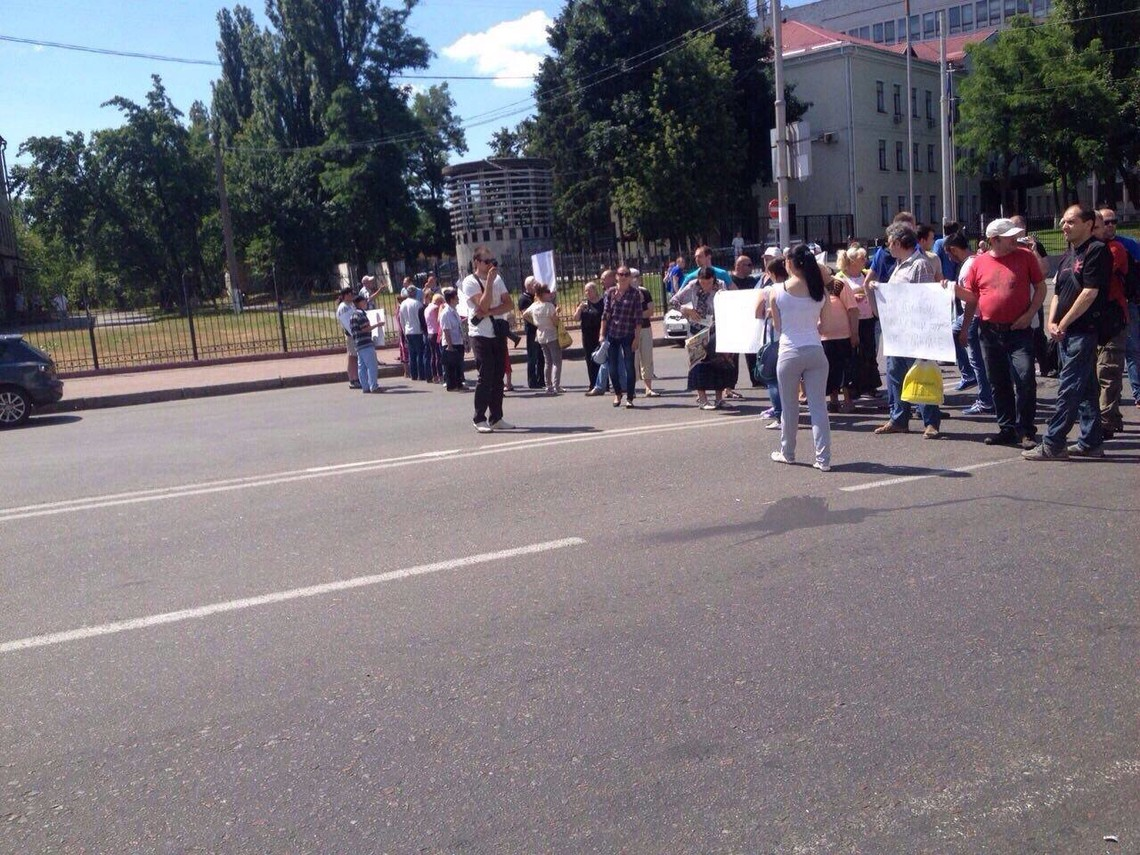 У Києві власники МАФів перекрили дорогу навпроти станції метро Васильківська і вимагають не демонтувати незаконно встановлені кіоски.
