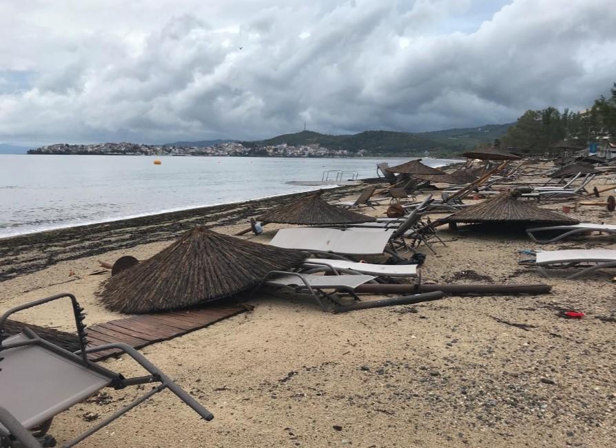 Надзвичайний стан ввели на півострові Халкідікі. Зазначимо, що через шторм загинули 6 людей, один зник безвісти і близько 108 постраждали.
