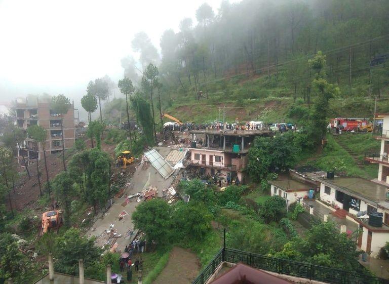 В штате Химачал-Прадеш на севере Индии из-за проливных дождей обрушилось четырёхэтажное здание, в результате погибли по меньшей мере 14 человек.