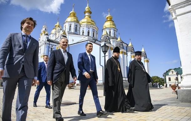 Уряд готовий в рамках своїх можливостей і повноважень всебічно сприяти процесу становлення Православної церкви України, який триває зараз.