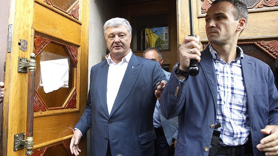 В отношении бывшего президента Украины Петра Порошенко возбудили уголовное дело о декларировании недостоверной информации. Ему может гро