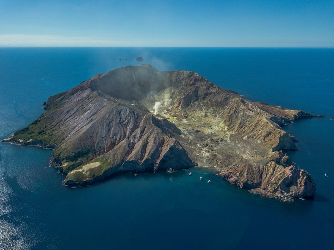 На новозеландському острові Уайт-Айленд через виверження вулкана, постраждали 20 людей. Одна людина отримала важкі поранення.