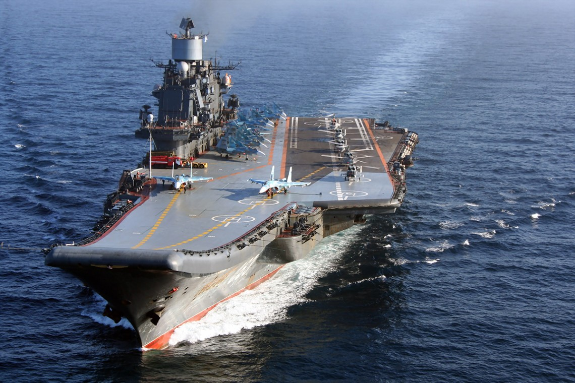 Відсік російського авіаносця Адмірал Кузнєцов, що горить, планують залити водою. До гасіння пожежі залучили додаткові сили.