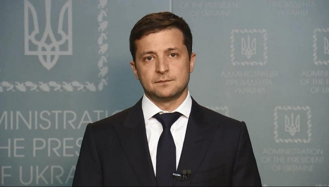 Зеленский решил отозвать поданный им ранее проект закона о внесении изменений в Конституцию Украины (относительно децентрализации власти) и направить его на доработку.