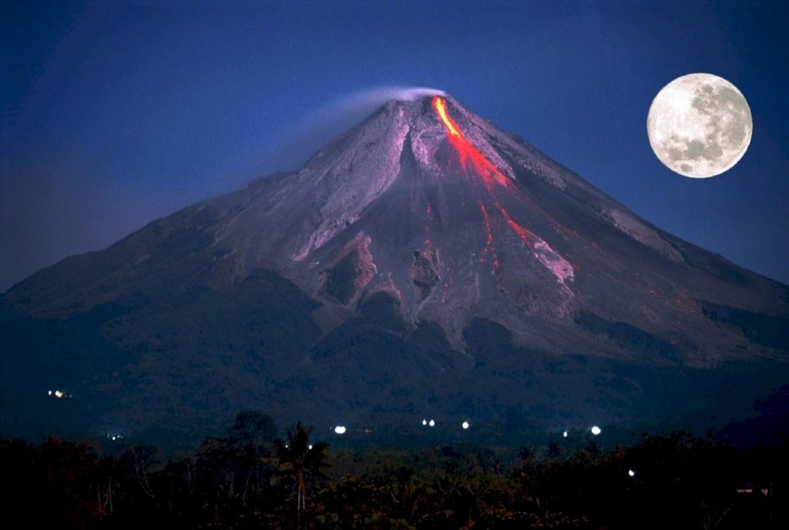 У центральній частині Індонезії на острові Ява зафіксовано виверження вулкана Мерапі, що випустив стовп диму і попелу з кратера на висоту 2 тис. м.