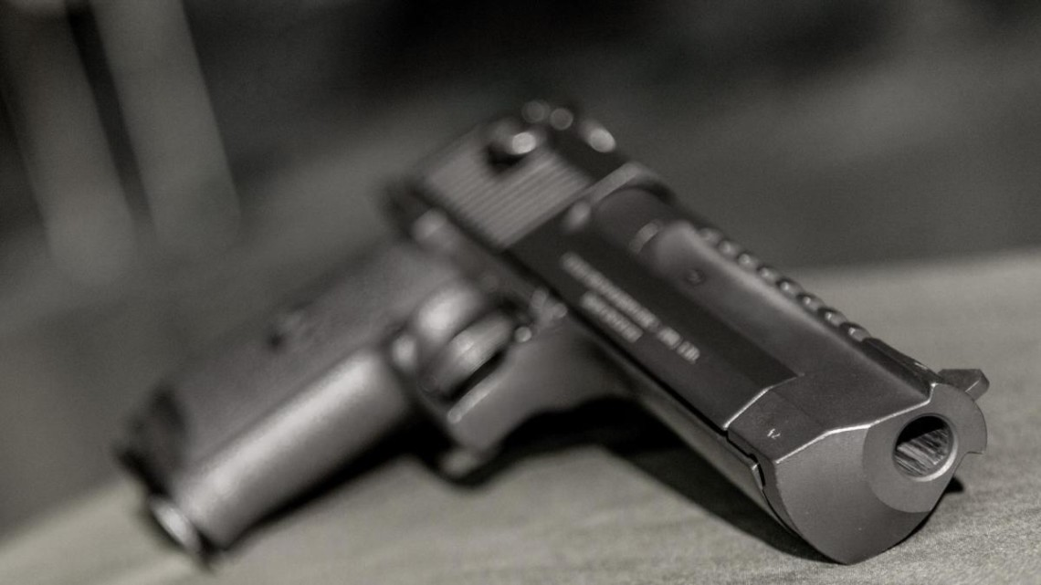 У Харкові патрульний відкрив стрілянину по автомобілю для того, щоб його зупинити. У результаті водій зазнав поранення.