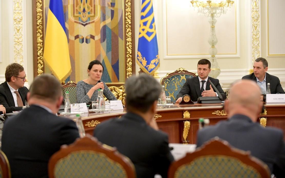 Президент України Володимир Зеленський провів зустріч з представниками провідних бізнес-асоціацій країни та закликав долучатися до урядових програм для великих інвесторів.