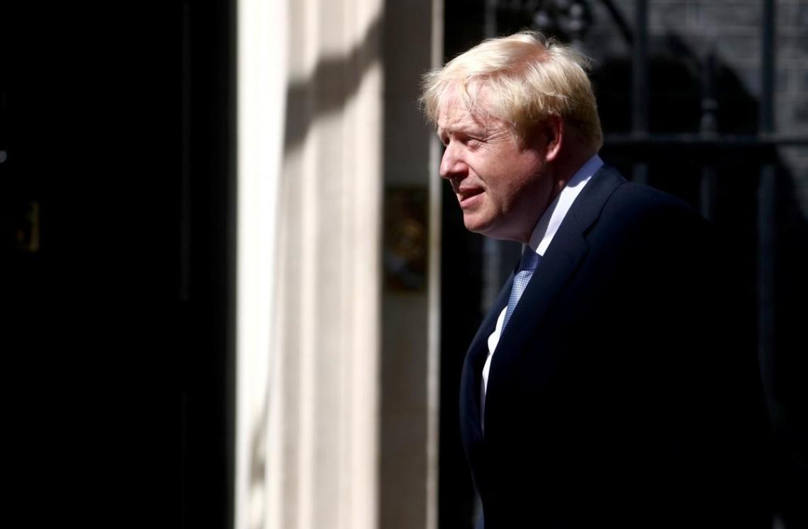 Прем'єр-міністр Британії Борис Джонсон, який заразився коронавірусом, продовжить самоізоляцію через підвищену температуру.