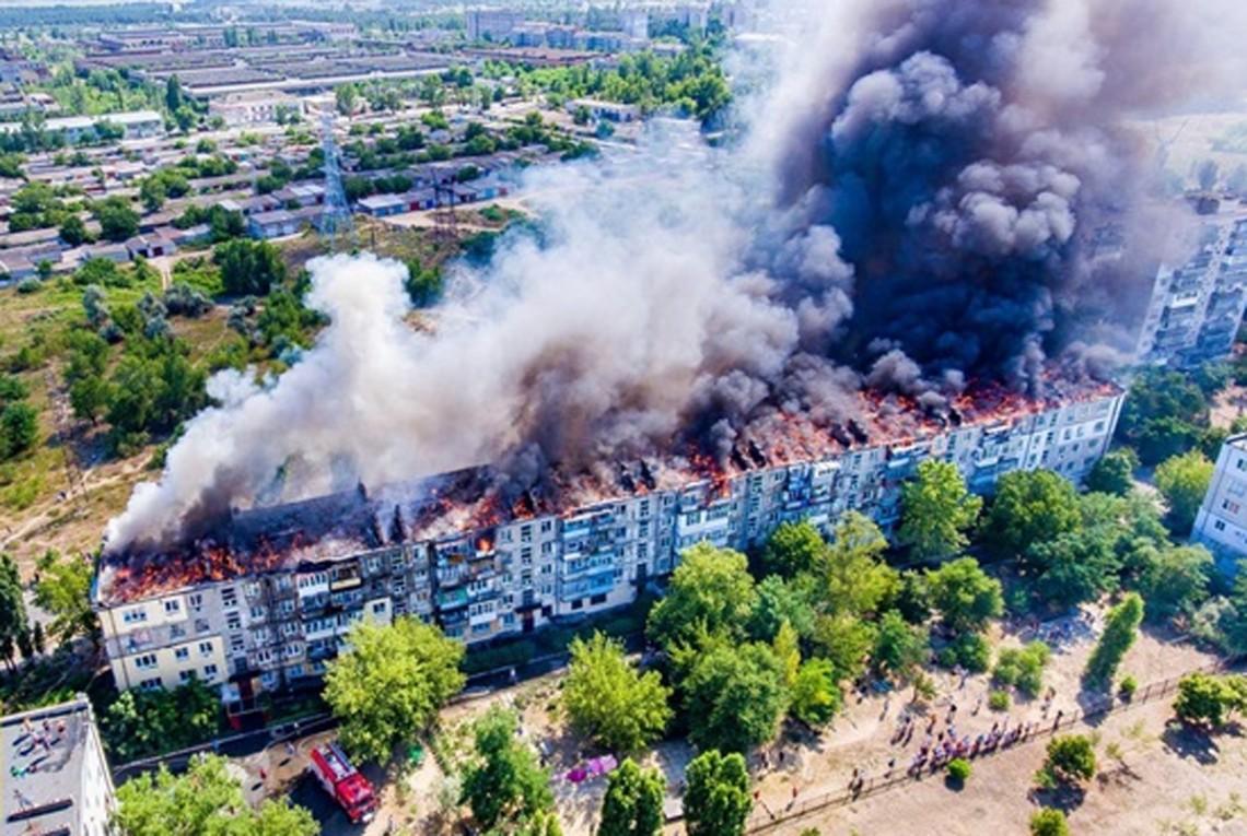 В Новой Каховке Херсонской области днем 5 июля загорелась крыша пятиэтажного жилого дома. Всех жильцов эвакуировали.