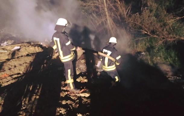 У Дарницькому районі Києва сталася пожежа на сміттєзвалищі, з вогнем кілька годин боролися 11 осіб і дві одиниці техніки.