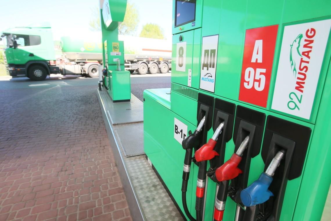 Великі роздрібні мережі в Україні в останні дні підвищують ціни на бензини і дизельне паливо.