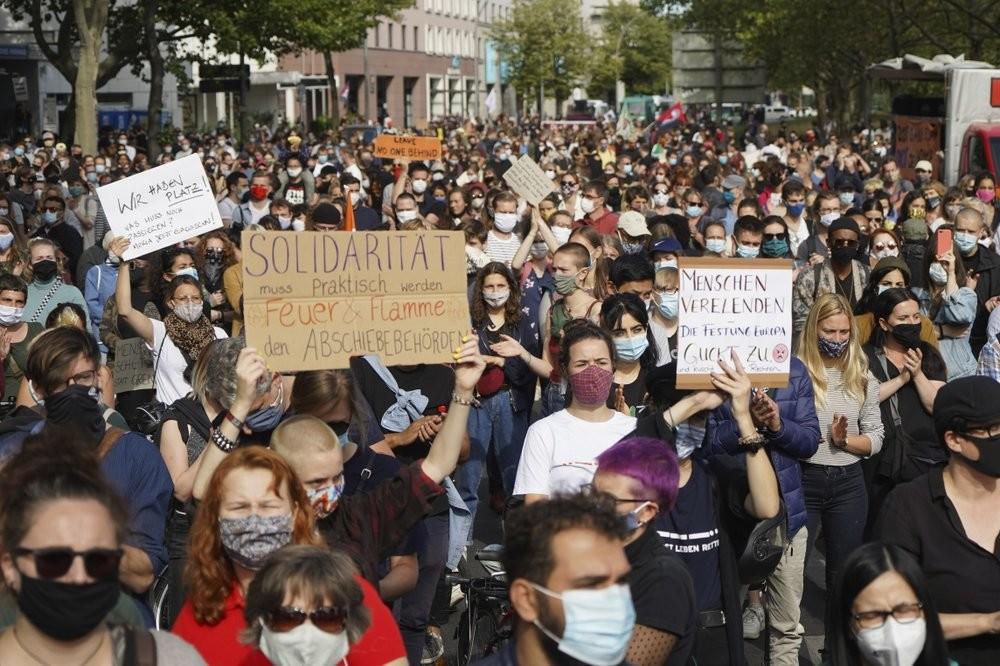Декілька тисяч людей вийшли на акцію протесту у Берліні для того, щоб вимагати від німецького уряду надати допомогу мігрантам, які постраждали від пожежі табору у Греції.