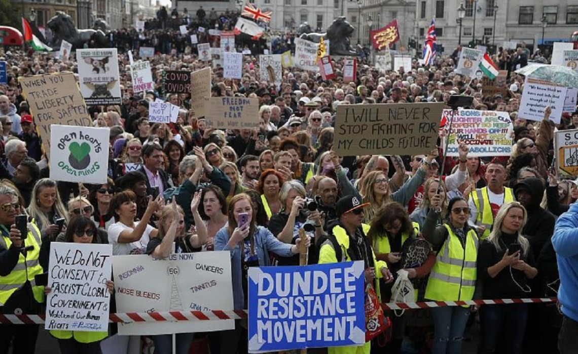 Кілька тисяч британців вийшли на акцію протесту на Трафальгар-сквер у Лондоні проти посилення карантинних обмежень в країні.