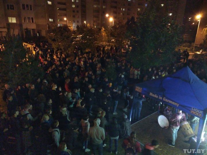 Жители Беларуси начали выходить на вечерние акции протеста. Люди образуют цепи солидарности и собираются на импровизированные концерты.