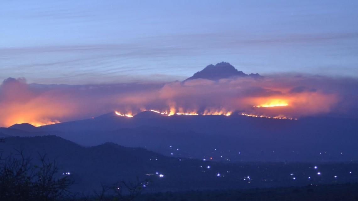 Насамой высокой горе Африки продолжается пожар