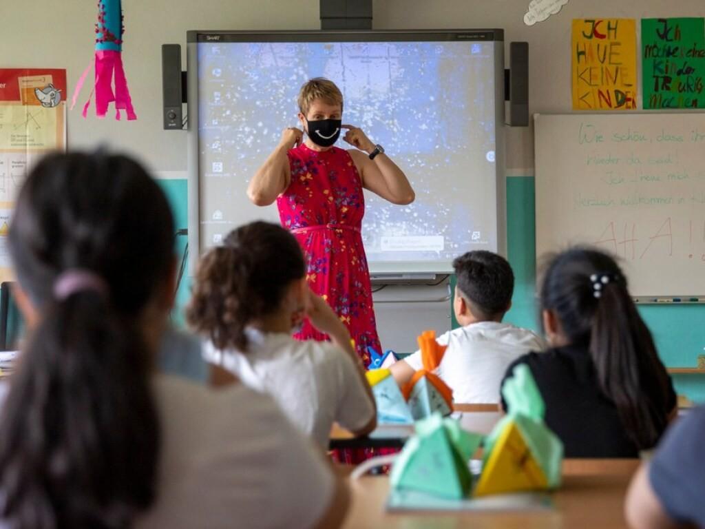 В Україні зарплата вчителів в наступному році буде підвищуватися двічі — в січні і в липні. Також передбачені надбавки.