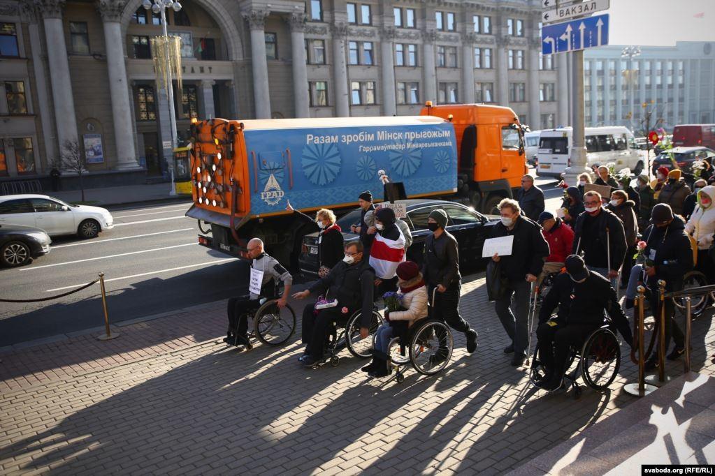 У білоруській столиці пройшов вже другий протестний марш людей з інвалідністю. Його учасники вимагали відставки Олександра Лукашенка та проведення в країні чесних президентських виборів.