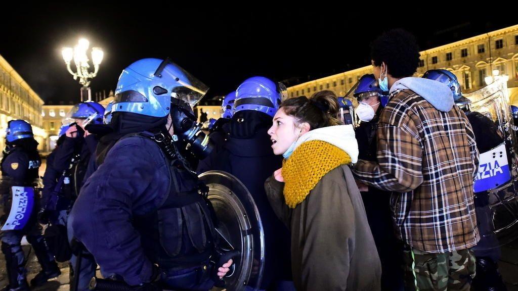 Тысячи людей вышли на улицы итальянских городов для участия в акциях протеста против усиления в стране карантина.