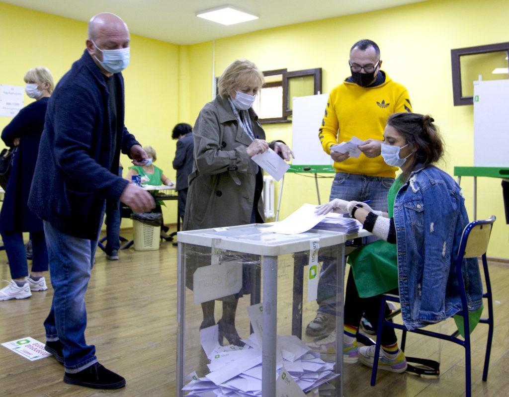 ВГрузии из-за выборов впарламент ослаблены противоэпидемологические меры