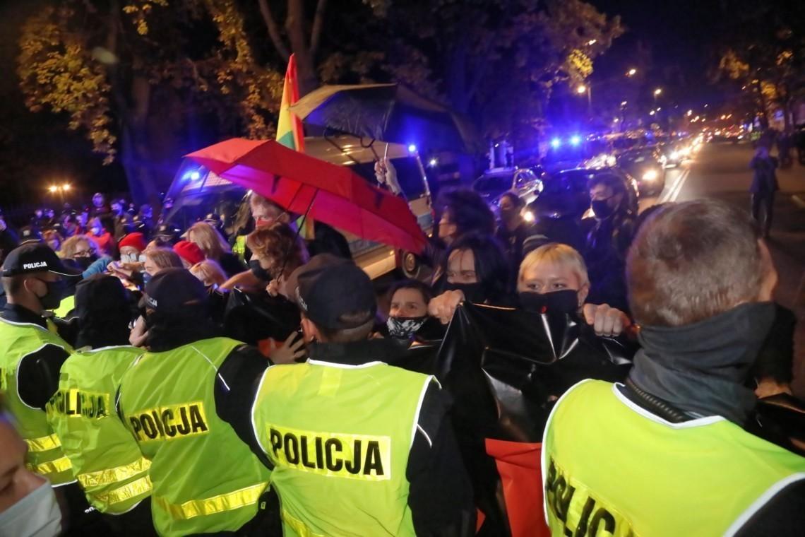 У польській Варшаві знову поновилися масштабні протести проти рішення Конституційного суду, яке майже повністю забороняє аборти в країні.